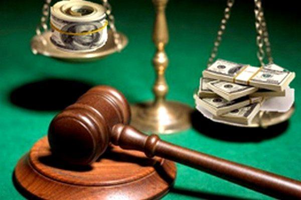 Двое судей попались на взяточничестве