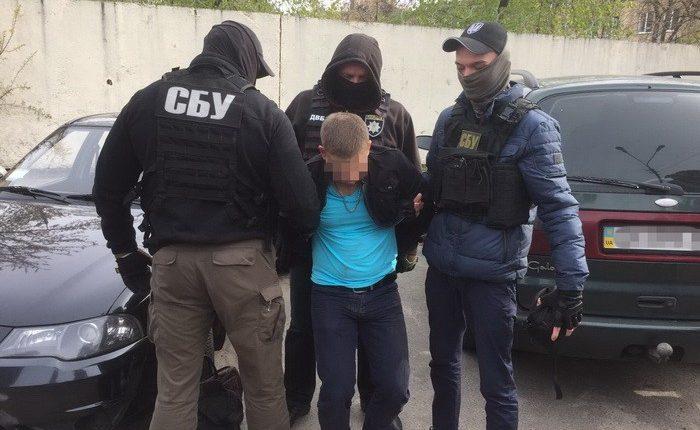 В Киеве следователя полиции задержали на 100-тысячной взятке (фото)