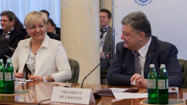 Луценко намекает, что Гонтарева должна убедить Порошенко дать ей «вольную»