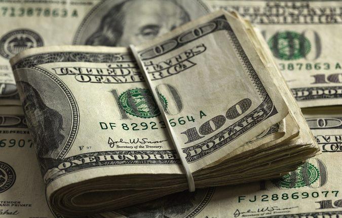 Пара фискалов и адвокат вымогали у предпринимателя $36 тысяч взятки