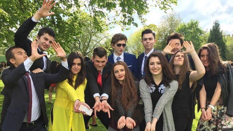 Дети Порошенко снялись в Англии для выпускного альбома