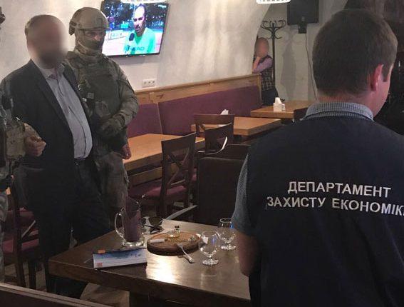 Арбитражного управляющего задержали в ресторане при получении взятки