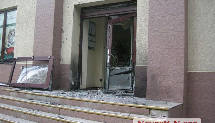 Ночью в центре Николаева взорвали вход в банк «Пивденный»