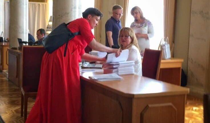 Савченко шокировала Раду красным платьем
