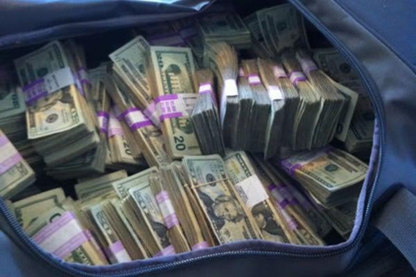 У жертв ограбления в центре Киева отобрали сумку с 2 млн