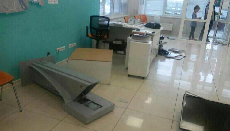 """Киевляне начали громить центры по обслуживанию клиентов """"Киевэнерго"""""""