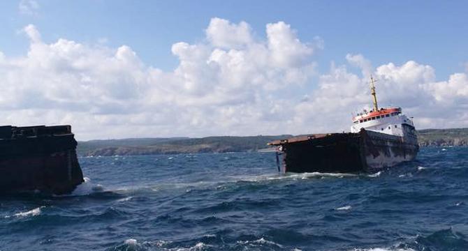 Турецкий сухогруз, возивший сырье на завод Фирташа, разломился пополам