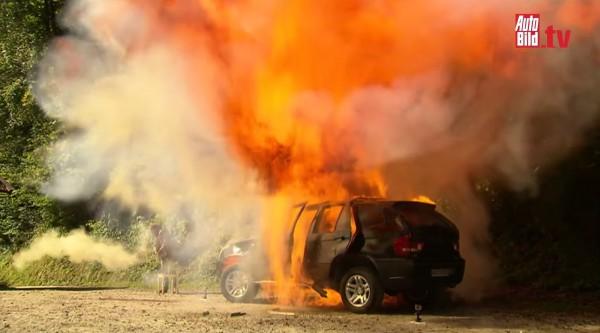 В элитном районе столицы взорвали BMW и подожгли два дома