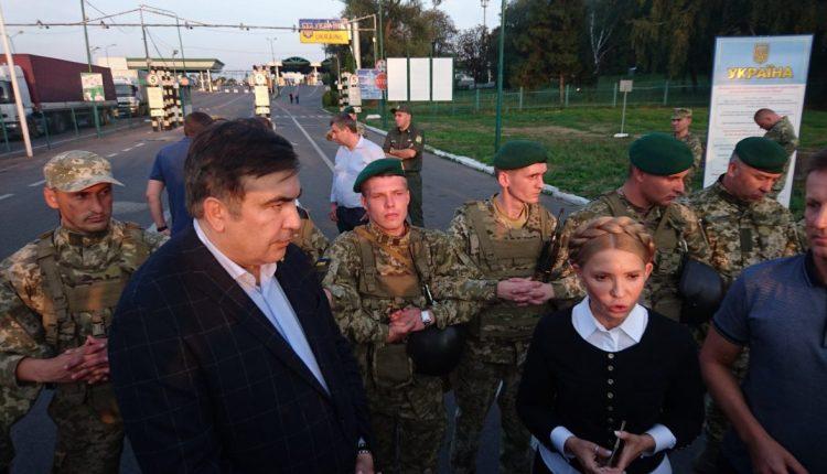 """Толпа прорвала пункт пропуска """"Шегини"""" и завела в Украину Михаила Саакашвили"""