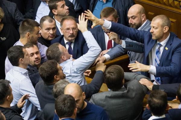 В Раде вновь блокировали трибуну и дрались депутаты