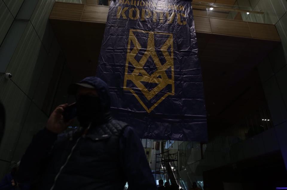 Националисты неоставляют вертолетную площадку Януковича, невзирая назаявления ГПУ