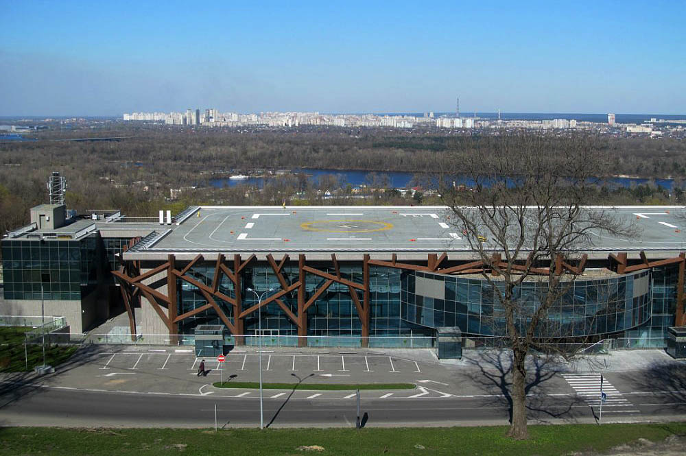 Радикалы захватили выставочный комплекс вцентре столицы Украины, требуя передать его государству
