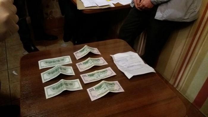 Основного инспектора запорожской таможни словили навзятке в500 долларов
