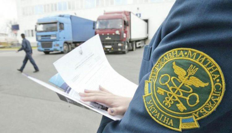 """В Киеве таможенник """"погорел"""" на взятках за оформление авто"""