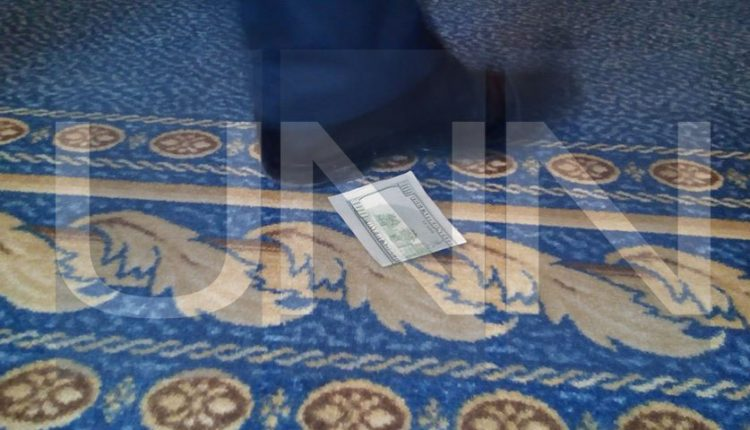 В Раде нардепы разбрасываются 100-долларовыми банкнотами