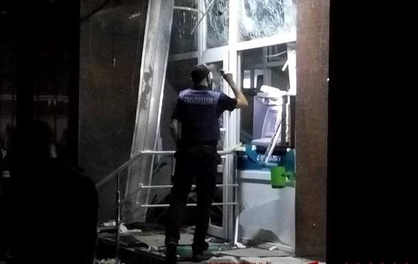 """Взрыв повредил отделение банка """"Пивденный"""""""