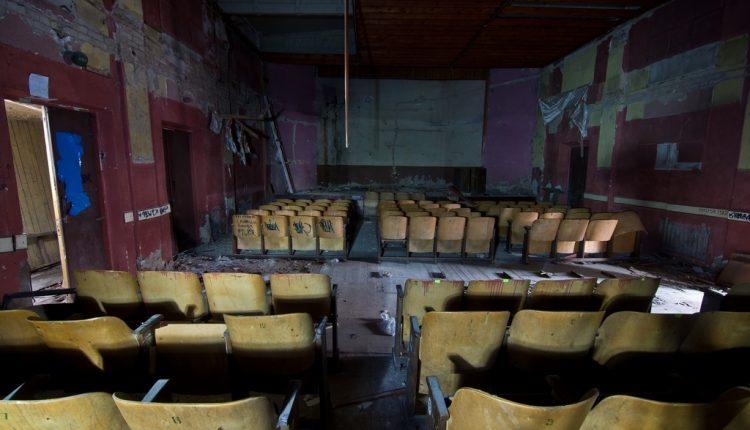 В Киеве будут судить мошенника, присвоившего коммунальный кинотеатр