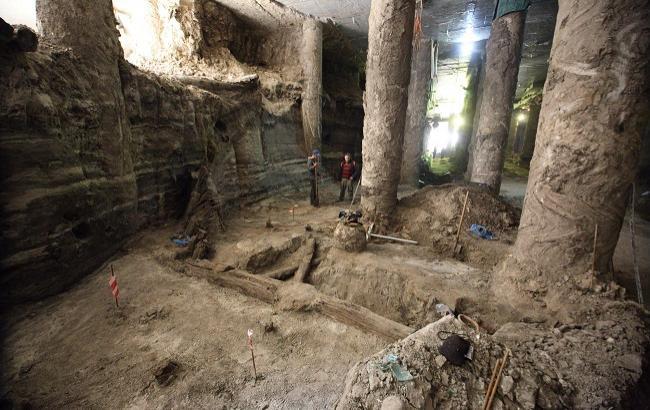 В Киеве место раскопок на Почтовой площади начало заливать водой