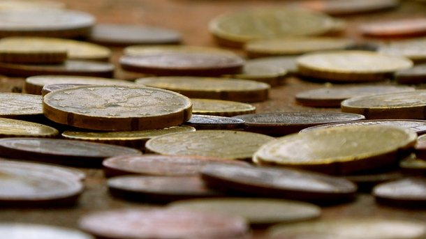 После развода муж выплатил бывшей жене 890 килограмм денег