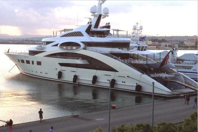 87-метровая яхта соратника президента Юрия Косюка стоит под Ниццей