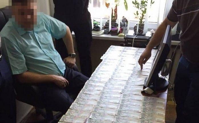 На Киевщине объявлено о подозрении чиновнику, вымогавшему у предпринимателя 150 тысяч