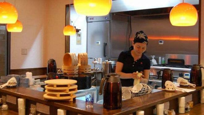 В Токио открыли ресторан, где готовят посетители