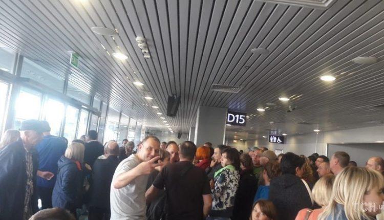 """В аэропорту """"Борисполь"""" две сотни пассажиров более 10 часов ждут вылета на отдых в Египет"""