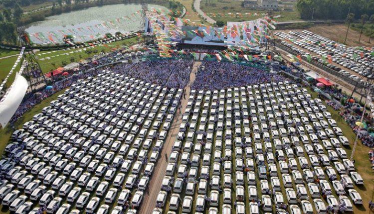 Индийский бизнесмен подарил своим сотрудникам 600 машин