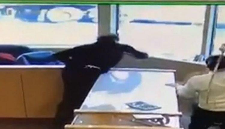 """В Канаде сотрудники """"ювелирки"""" отбились от грабителей декоративными мечами"""