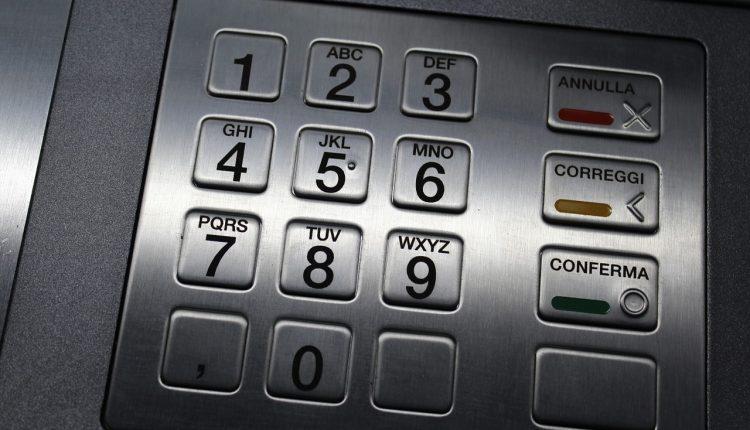 """Неисправный банкомат """"озолотил"""" клиентов"""