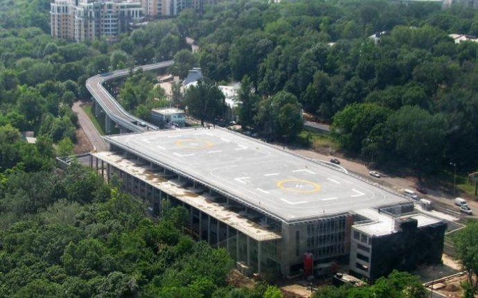 Суркис не смог забрать землю под вертолетной площадкой Януковича у окружения нардепа