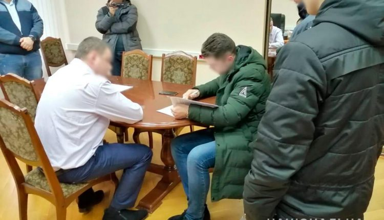 Чиновника судебной администрации задержали за вымогательство 250 тысяч