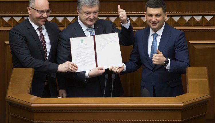 Президент закрепил изменения в Конституции по Евросоюзу и НАТО
