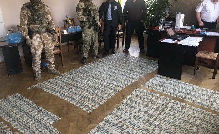 Главу района задержали за вымогательство 300 тысяч гривен