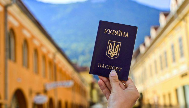 За границей постоянно работают около 3,2 млн украинцев
