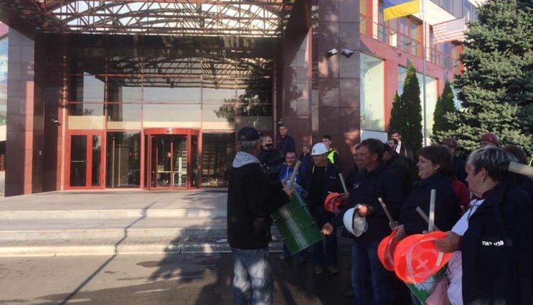 """В Днепре работники завода Коломойского пикетируют офис """"Приватбанка"""""""