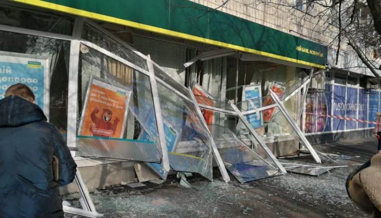 """В Киеве взорвали отделение """"Ощадбанка"""" и похитили четверть миллиона"""