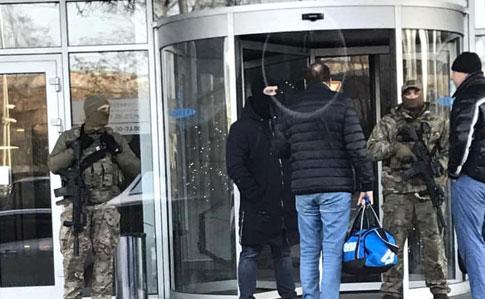 """ГБР и СБУ проводят обыски в киевском клубе """"5 элемент"""" Петра Порошенко"""