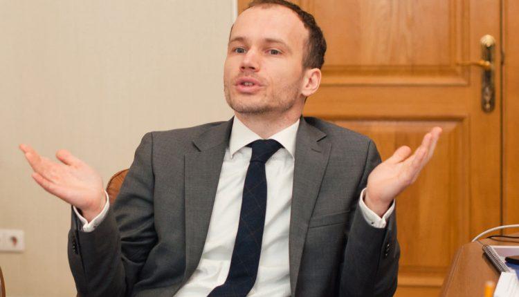 Министр юстиции Денис Малюська заработал в марте почти 75 тысяч