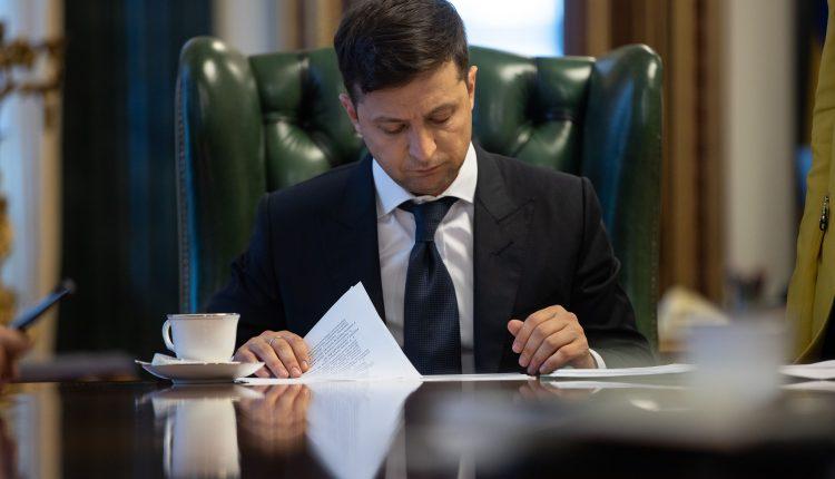 Зеленский внес в Раду проект постановления об увольнении Смолия, курс гривни падает