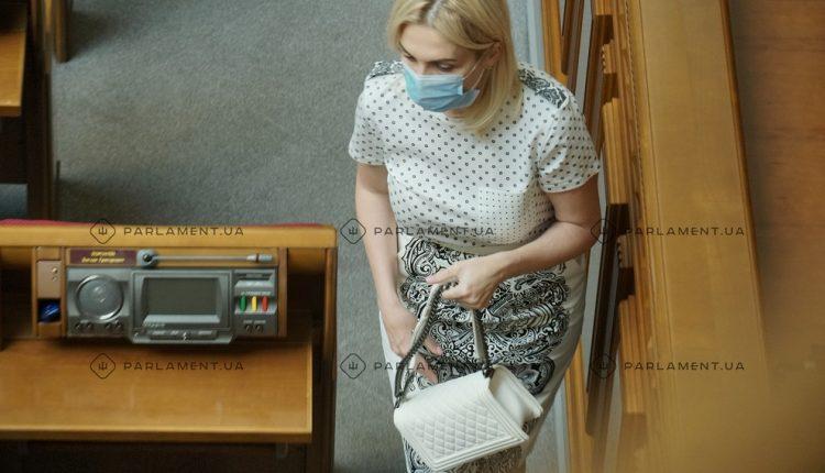 """Безработная на момент избрания """"слуга народа"""" Репина носит в Раду сумку стоимостью более $5 тысяч"""