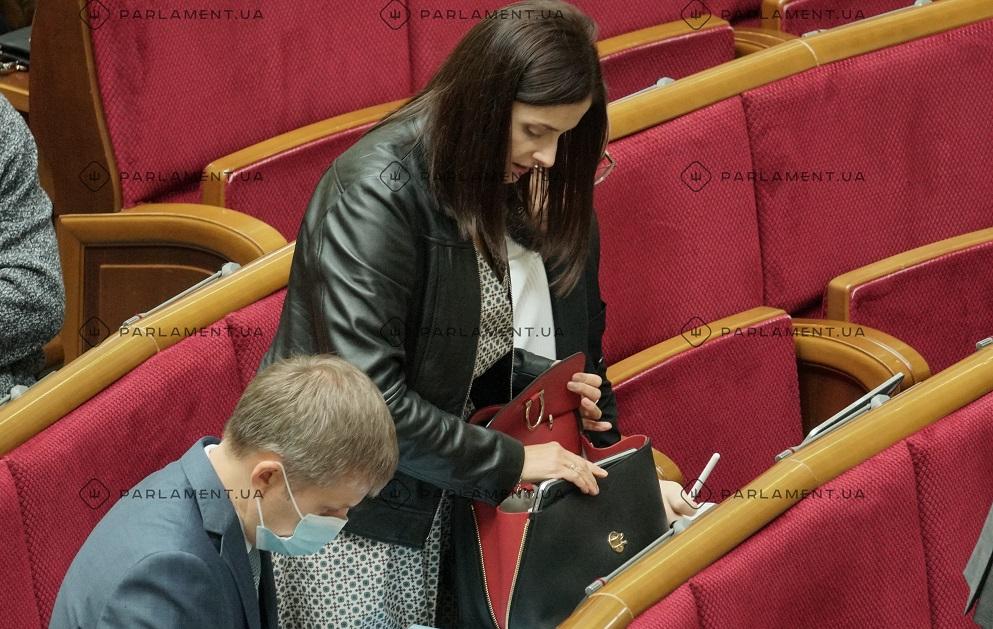 """Нардепы ОПЗЖ и """"Слуги народа"""" ходят в ВР с сумками стоимостью 13 минимальных зарплат"""