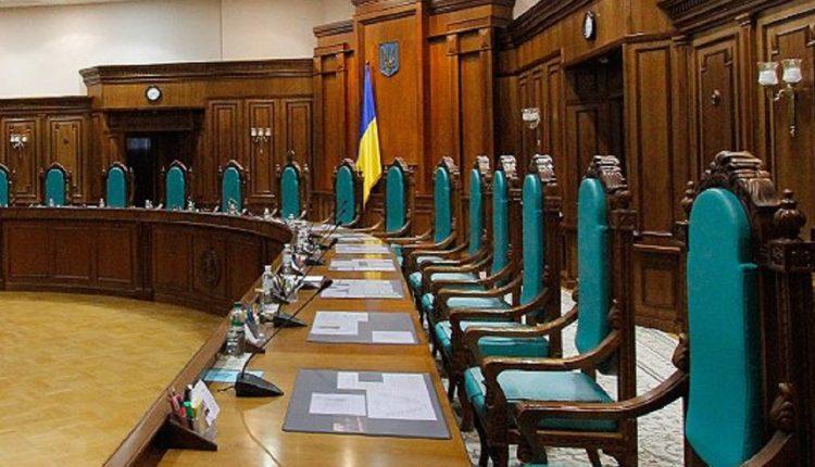 Судьи КСУ назначают помощниками жен и родственников коллег