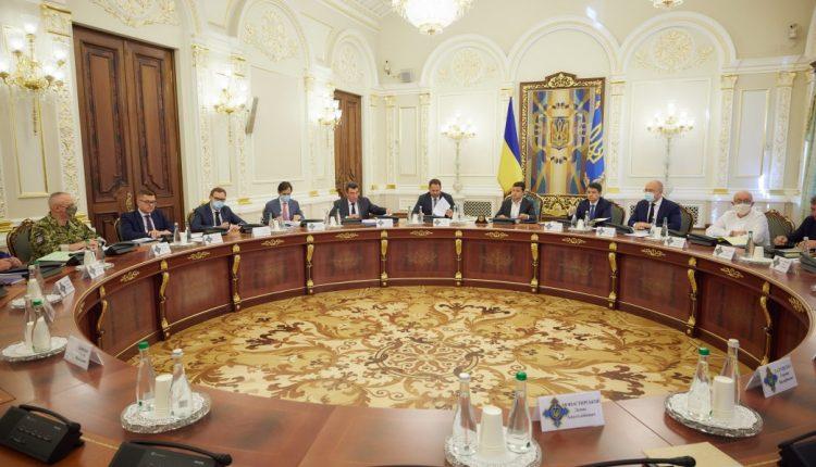 Зеленский поручил до 7 сентября подготовить проект системы мониторинга олигархов